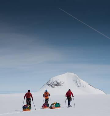 Paco Nadal, acompañado de dos amigos, durante una expedición a pie por el sur de Groenlandia.