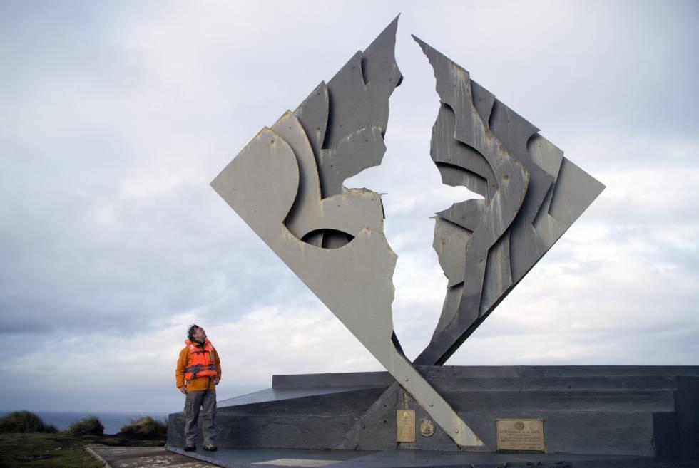 De arriba abajo, Paco Nadal, junto al monumento al Cabo de Hornos, escultura de José Balcells que representa un albatros en vuelo en honor a los marineros fallecidos en este enclave de Chile.