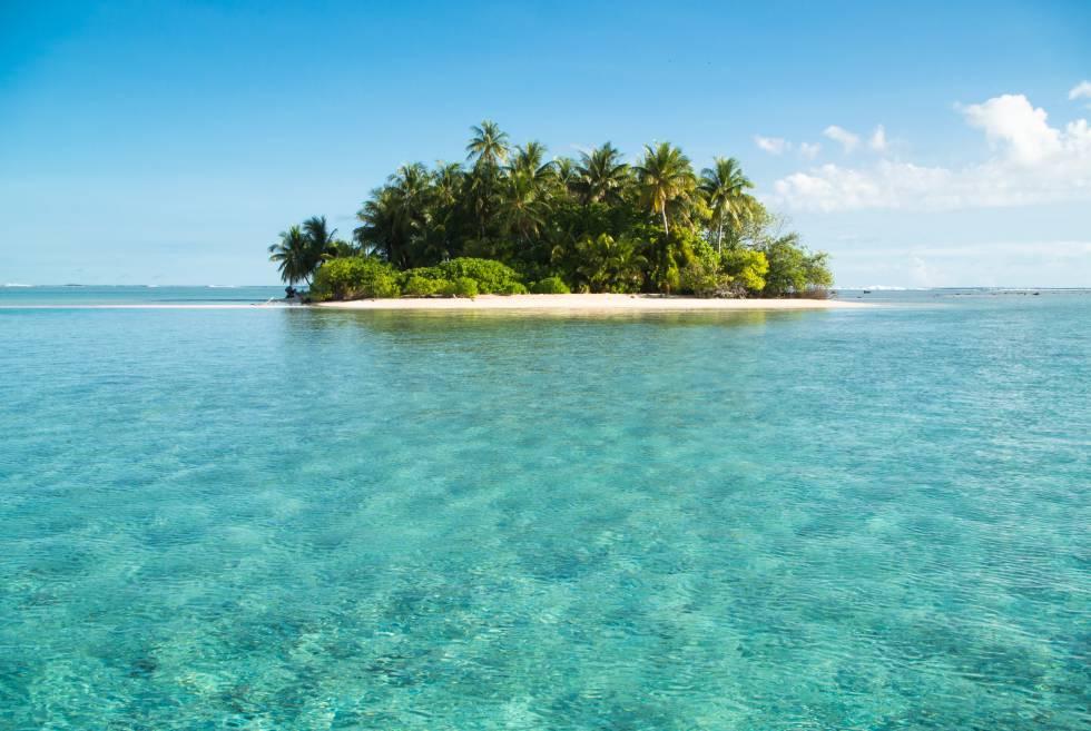 Un 'motus' (islote) deshabitado en Kapingamarangi, fotografiado por Paco Nadal durante su viaje a este atolón aislado de la Micronesia.