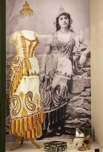 Uno de los trajes de la exploradora y escritora expuesto en su casa museo en Francia.