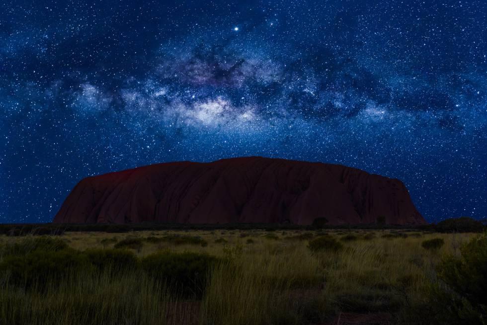 El cielo estrelllado y la Vía Láctea en Ulruru, en el parque nacional australiano de Uluru-Kata Tjuta.