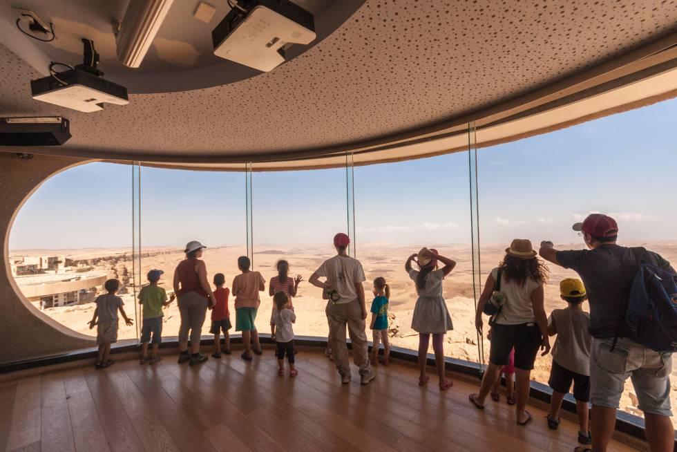 Vista panorámica del cráter de Makhtesh Ramon desde el centro para visitantes en Israel.