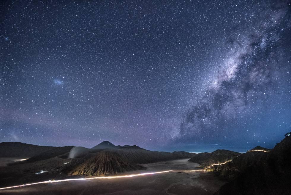 Panorámica nocturna del volcán del Monte Bromo, en Java Oriental (Indonesia).