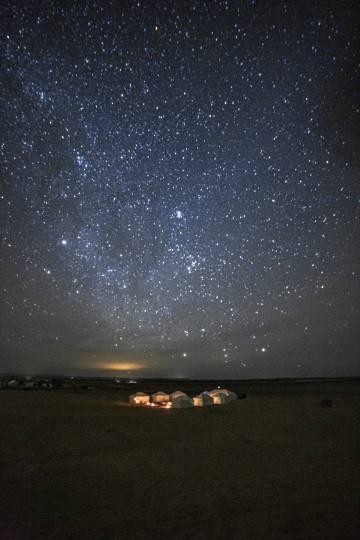 Un campamento en el desierto del Sáhara, en Marruecos, bajo un cielo estrellado.