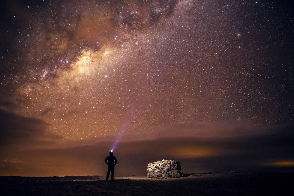 Un viajero observa La Vía Láctea desde el desierto de Atacama, al norte de Chile.