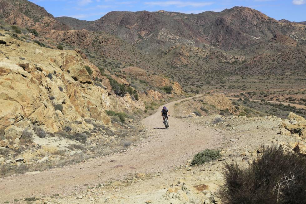 Un ciclista recorre una pista de tierra en el parque nacional de Cabo de Gata-Níjar (Almería).