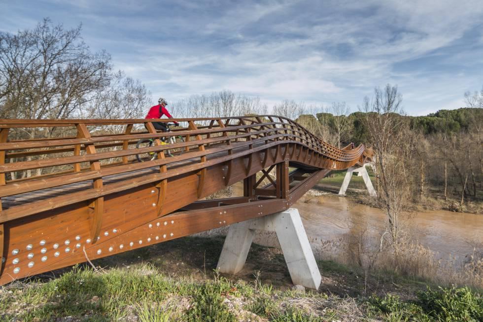 Un ciclista cruza un puente en Quintanilla de Arriba (Valladolid).