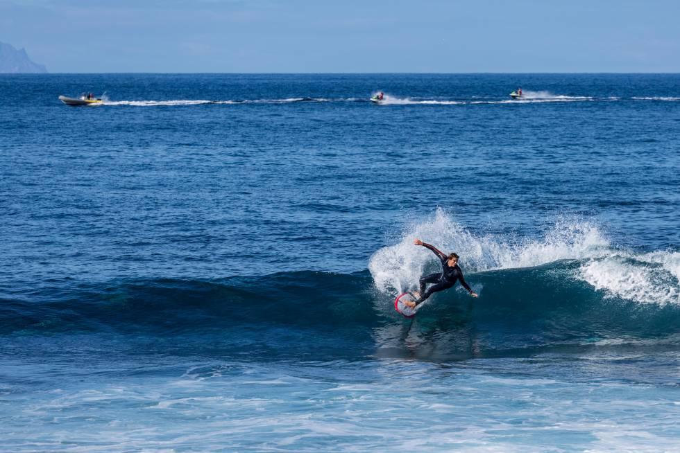 Un surfista cogiendo una ola en Punta Blanca (Tenerife).