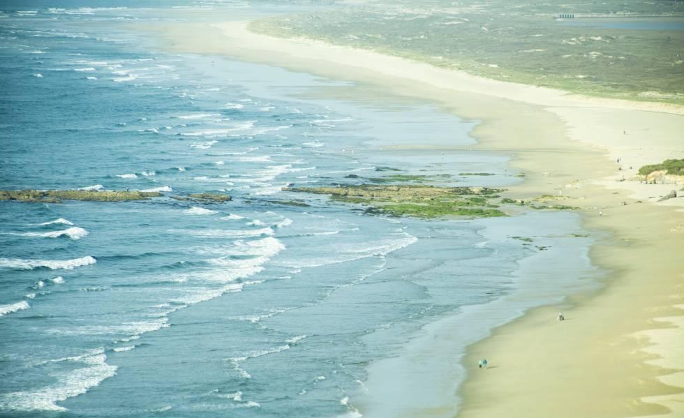 Vista aérea de la playa de Razo, en Carballo (A Coruña).