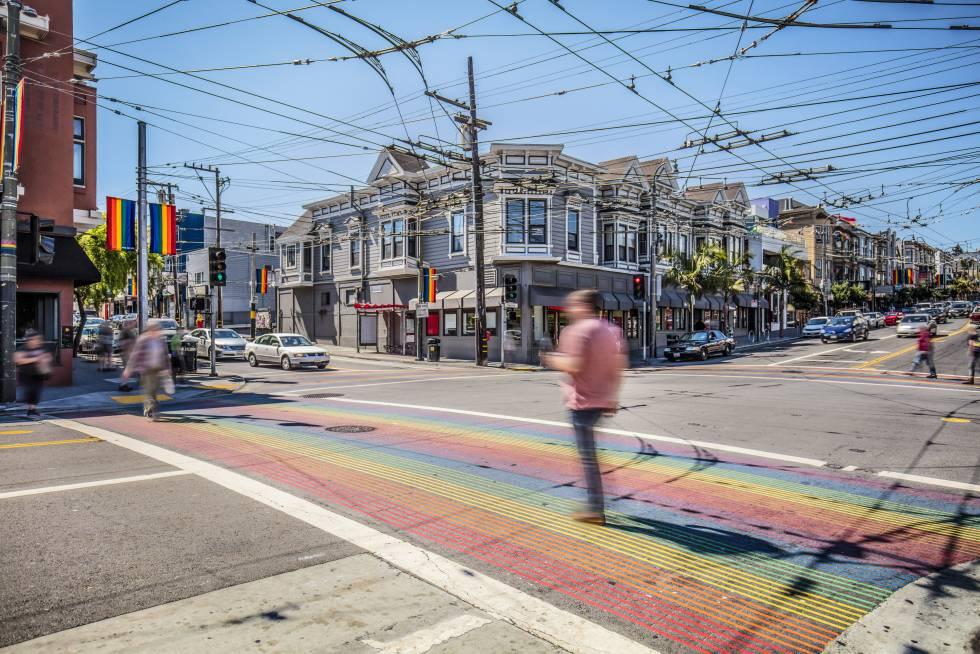 Cruce de peatones con los colores del arcoiris en el barrio de Castro, en San Francisco (California).