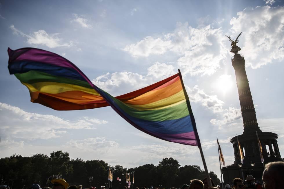 Participantes en las marchas del Orgullo en Berlín, a su paso por la Columna de la Victoria, en 2018.