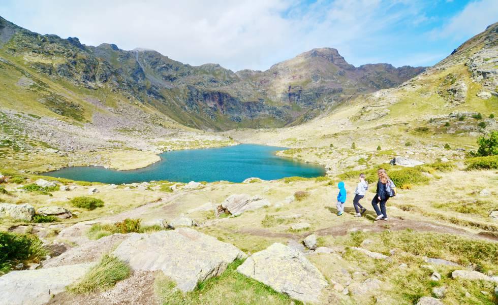 Excursionistas junto al estany Imprimador, en Tristaina (Andorra).