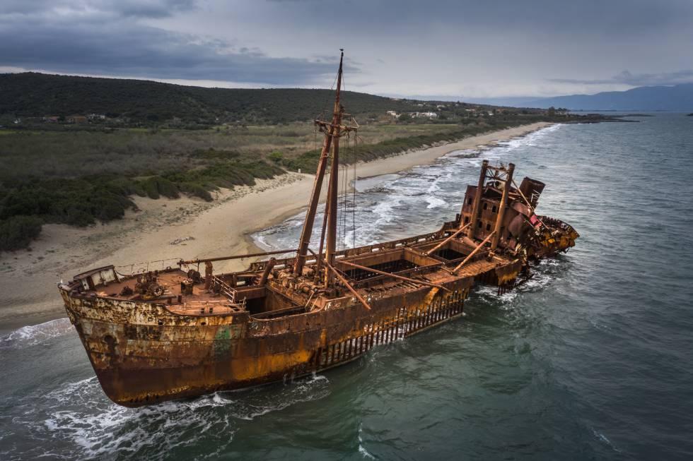 El buque 'Dimitrios' en la playa de Valtaki, en Gitión.