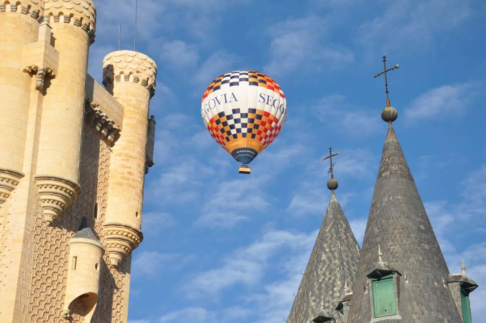 Vuelo en globo sobre el alcázar de Segovia, organizado por Siempre en las Nubes.