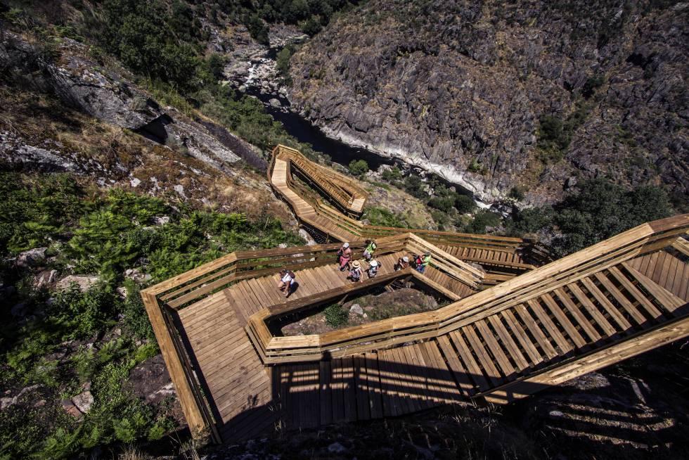 Passadiços do Paiva, un entramado de pasarelas se extiende junto al l río Paiva (al norte de Portugal).