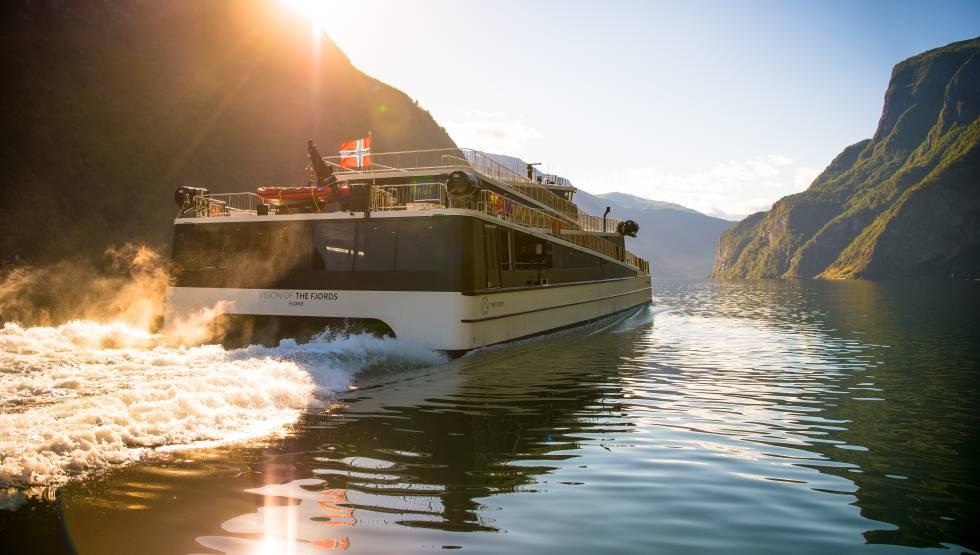 'Future of the Fjords', un ferri 100% eléctrico que navega por el fiordo Nærøyfjord (Noruega).