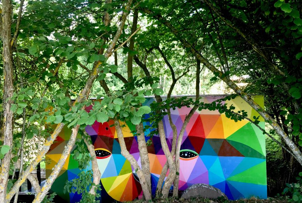 Instalación del artista cántabro Okuda en los jardines de Molina de Tejada.