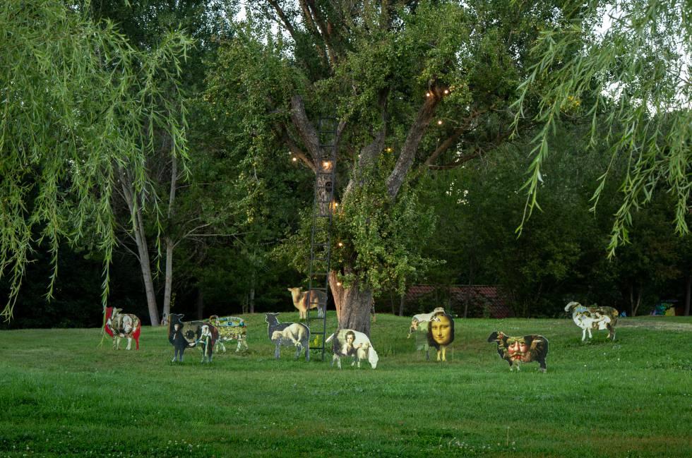 Las ovejas-cuadro de Antonio Segura, en la galería de arte al aire libre en el jardín del hotel.