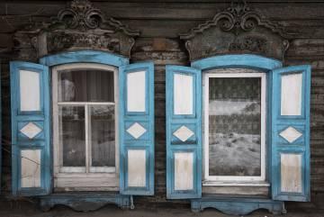 Ventanas en una casa tradicional de madera en la ciudad siberiana de Irkutsk (Rusia).