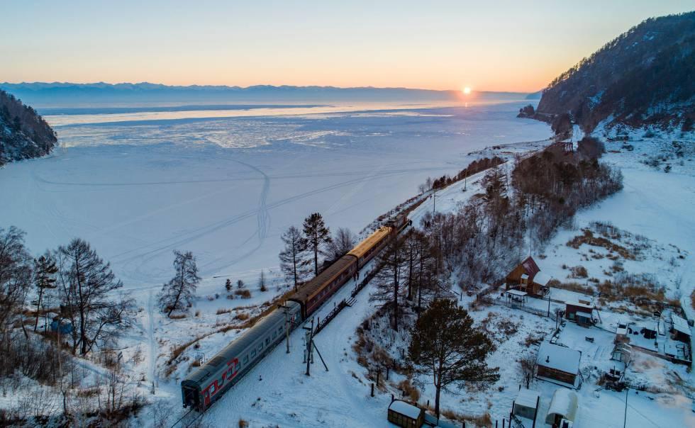La vía férrea del Transiberiano en su recorrido junto al lago Baikal, en Rusia.
