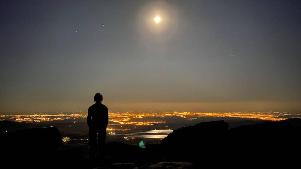 Panorámica nocturna hacia la planicie madrileña desde la Loma de Pandasco, durante la ruta de La Cuerda Larga.