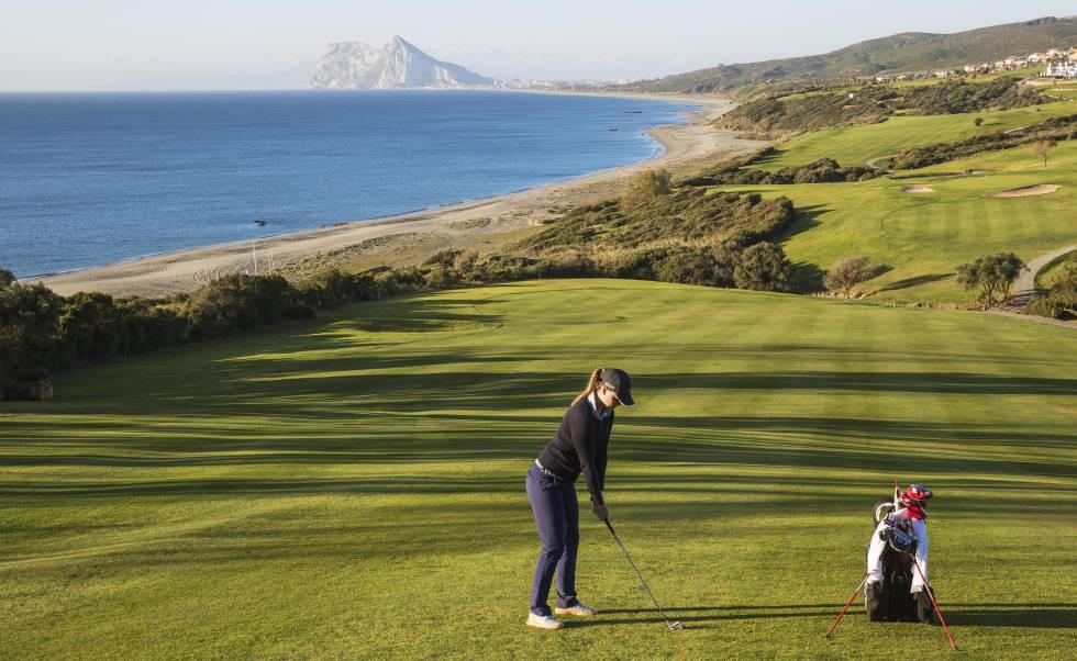 El gaditano campo Alcaidesa Golf, con vistas al arenal homónimo y a Gibraltar.
