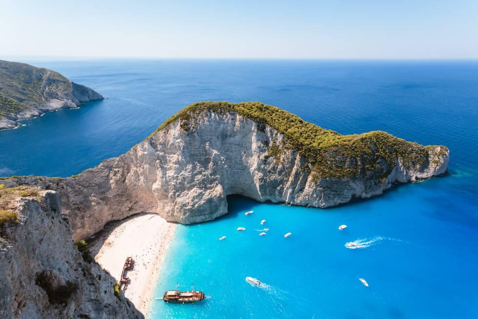 Una vista elevada de la playa de Navagio, en la isla griega de Zante, conocida por un famoso naufragio en 1980 cuyos restos descansan en una cala de arena enmarcada por acantilados.
