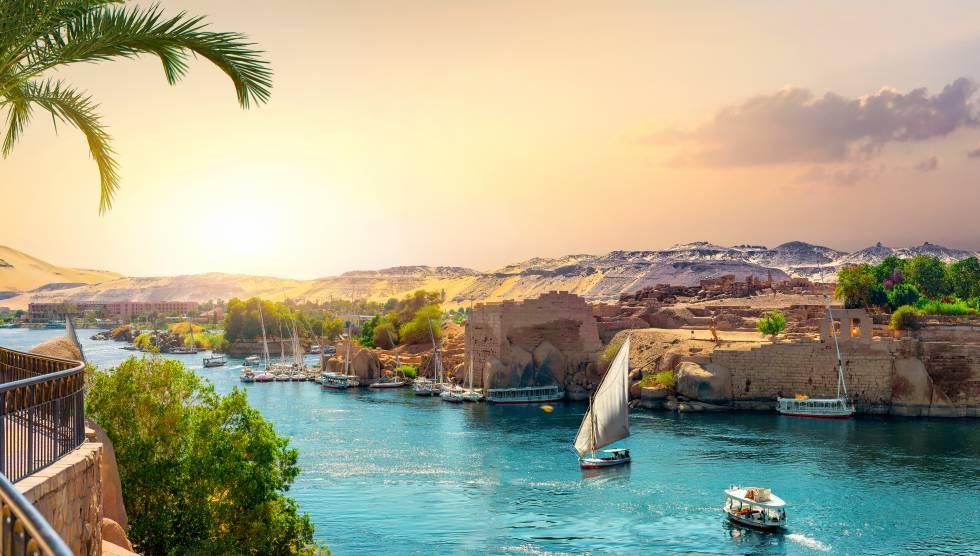 Vista del Nilo desde la ciudad egipcia de Asúan, la más meridional del país, con las características falúas surcando las aguas.