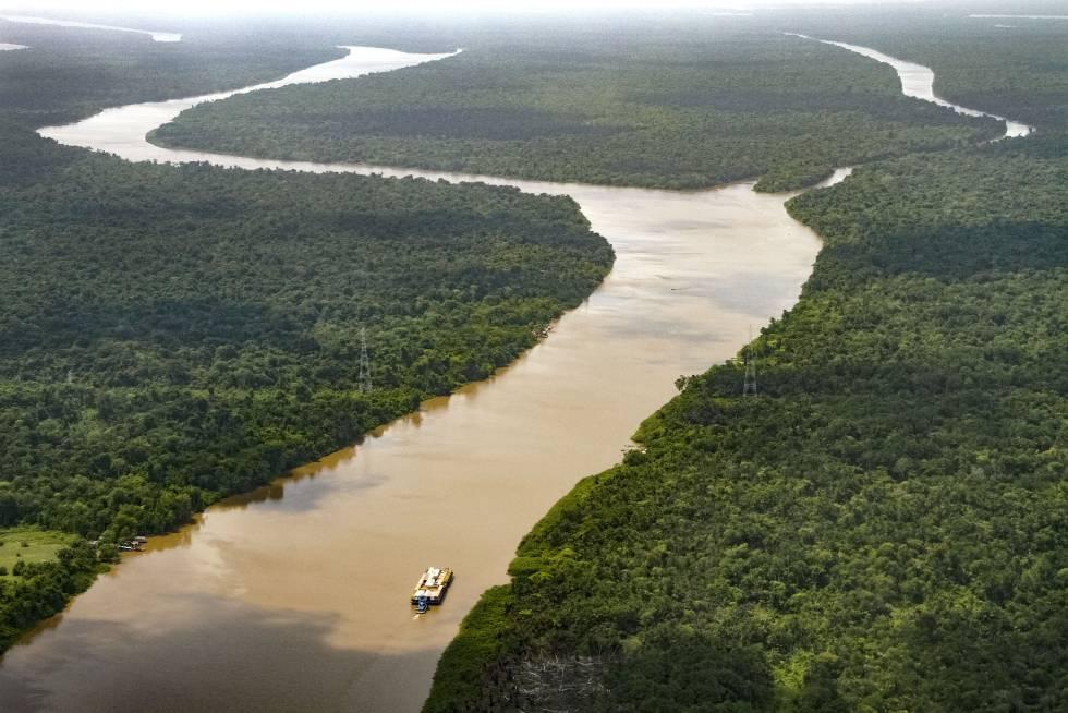 Un ferri surca las aguas del Amazonas cerca de la ciudad brasileña de Belém.