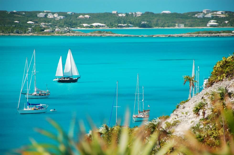 Barcos de vela en la isla Stocking, frente al puerto de Georgetown, en las Bahamas.