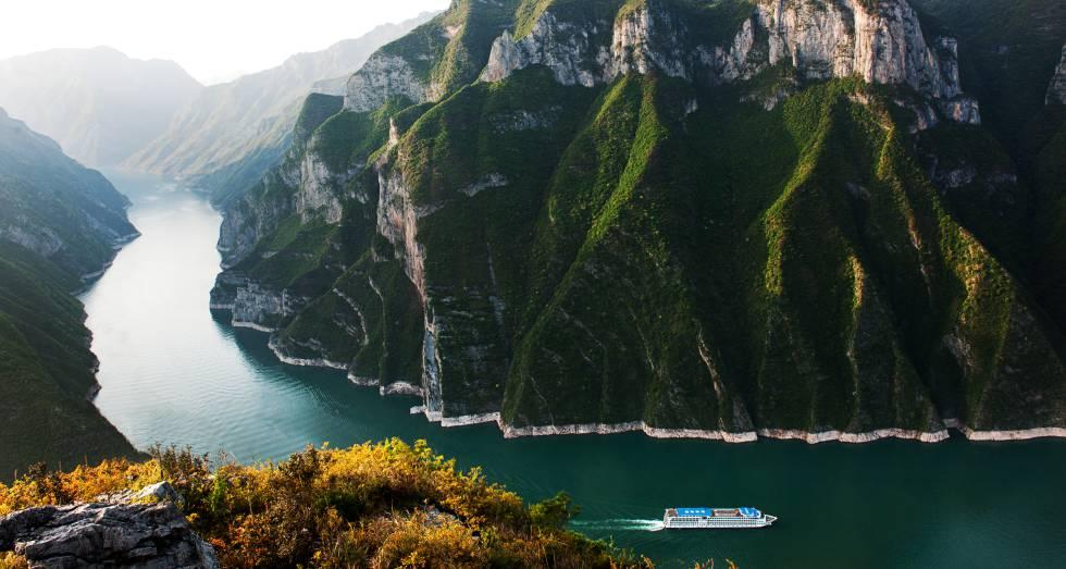 El tramo del río Yangtsé conocido como Tres Gargantas, con impresionantes formaciones calizas y graníticas.