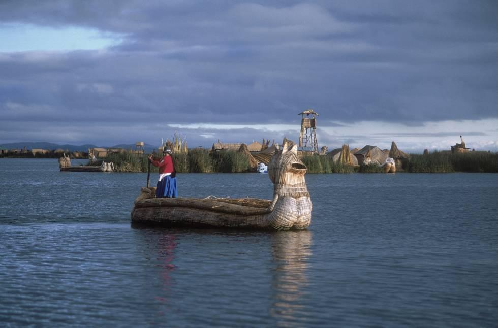 Las balsas de caña tradicionales todavía surcan las aguas del lago Titicaca, en los alrededores de las islas flotantes de los Uro, en la bahía de Puno (Perú).