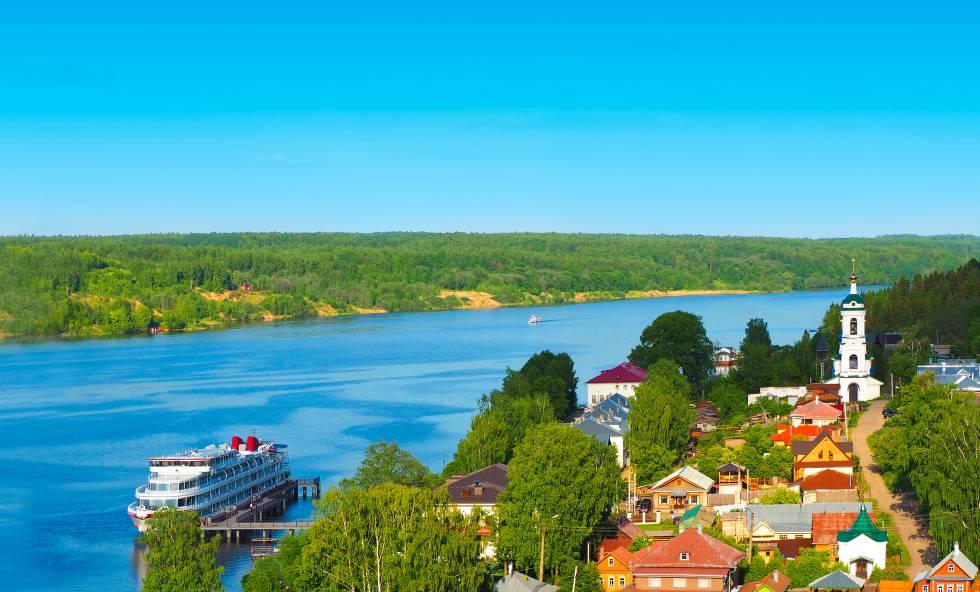 Un crucero fluvial recala en una pequeña ciudad rusa en el curso del río Volga.