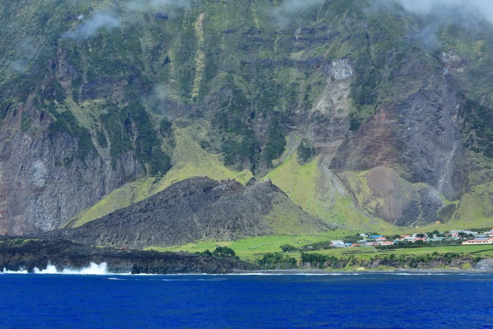 La isla principal del archipiélago británico de Tristán de Acuña, cuyo volcán obligó a evacuar a sus habitantes por completo en 1961.