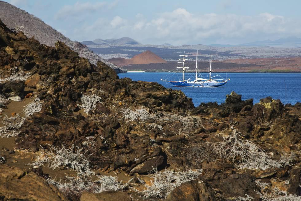 Un velero bordea la costa de la isla Bartolomé, que forma parte de la islas Galápagos, en Ecuador.