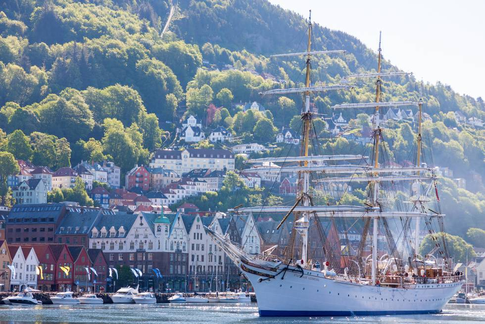 Una fragata atracada en el puerto noruego de Bergen.