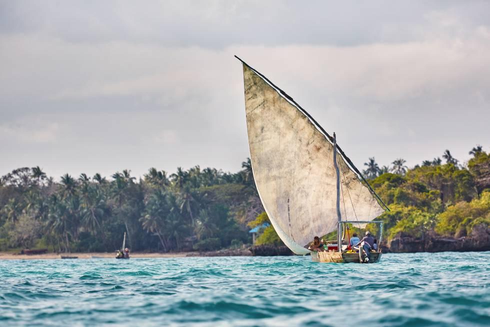 Un 'dhow', embarcación tradicional árabe, vuelve al puerto de la isla de Zanzíbar, en Tanzania.
