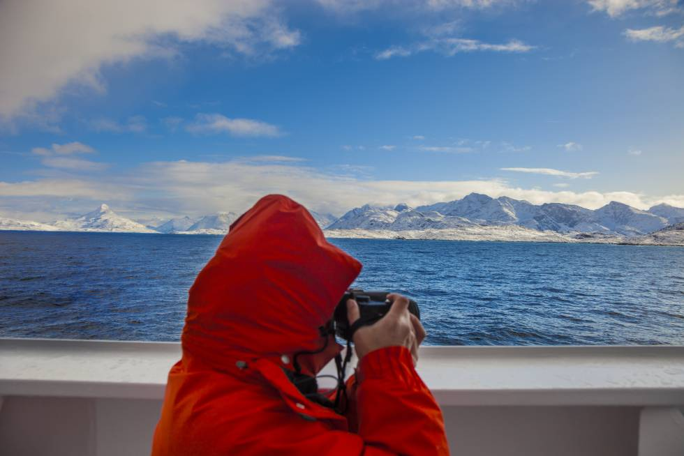 El barco explorador 'MS Fram', de la naviera Hurtigruten, a su llegada al asentamiento de Itilleq, cerca del fiordo de Kangerlussuaq (Groenlandia).