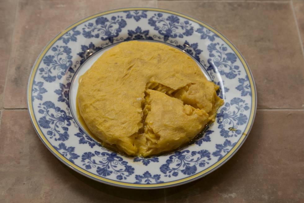 La característica tortilla de Betanzos, en la versión que realiza la Taberna Pedraza en Madrid.