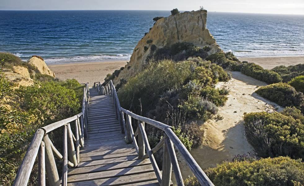 Pasarela de acceso a la playa de Mazagón, en Huelva.