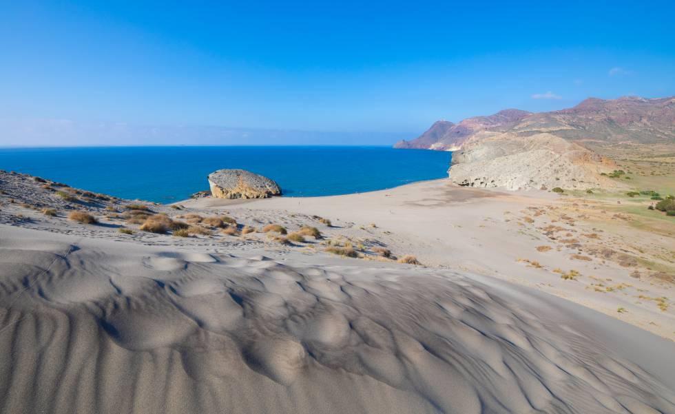 Vista desde la duna de la playa de Monsul, en el Cabo de Gata (Almería).