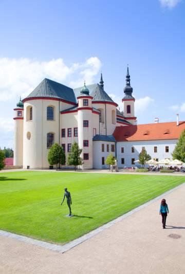 El antiguo monasterio de la ciudad checa de Litomysl, con esculturas del artista Olbram Zoubek en su jardín.