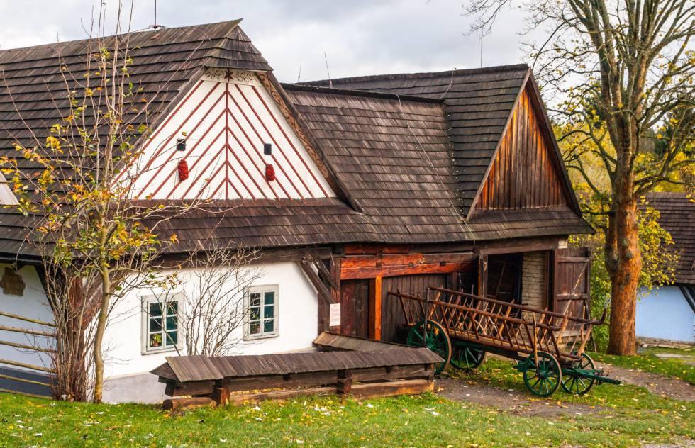 Casas de madera en el museo etnográfico al aire libre de Vesely Kopec, en la región checha de Bohemia oriental.