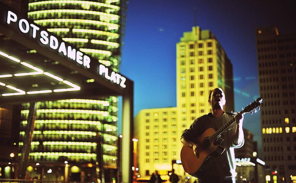 Un cantante callejero ante la estación de Potsdamer Platz, en Berlín.