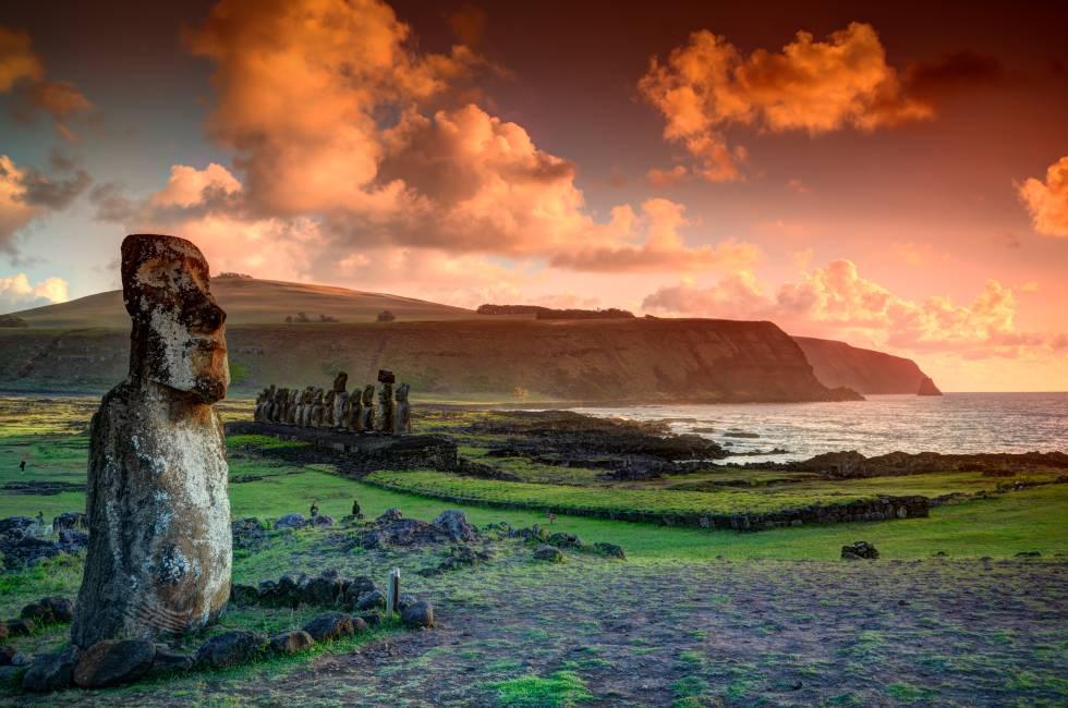 Un solitario moái y al fondo la hilera de estatuas de piedra de Ahu Tongariki, en la isla de Pascua.