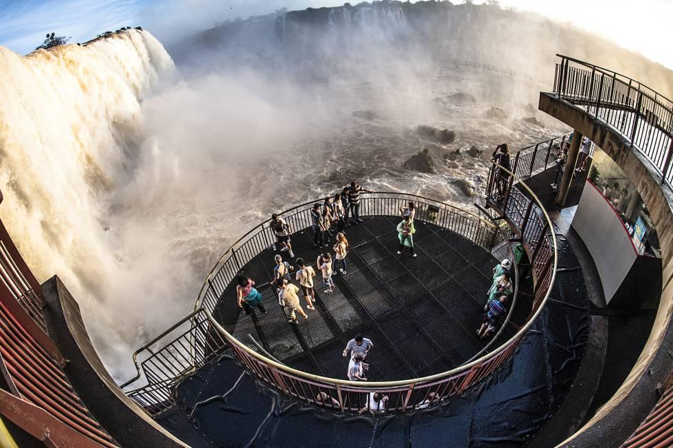 Una plataforma habilitada para contemplar las cataratas de Iguazú, en la frontera entre Argentina y Brasil.