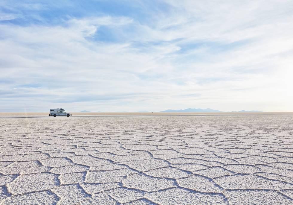 Una furgoneta 'camper' atraviesa el Salar de Uyuni, en Bolivia.