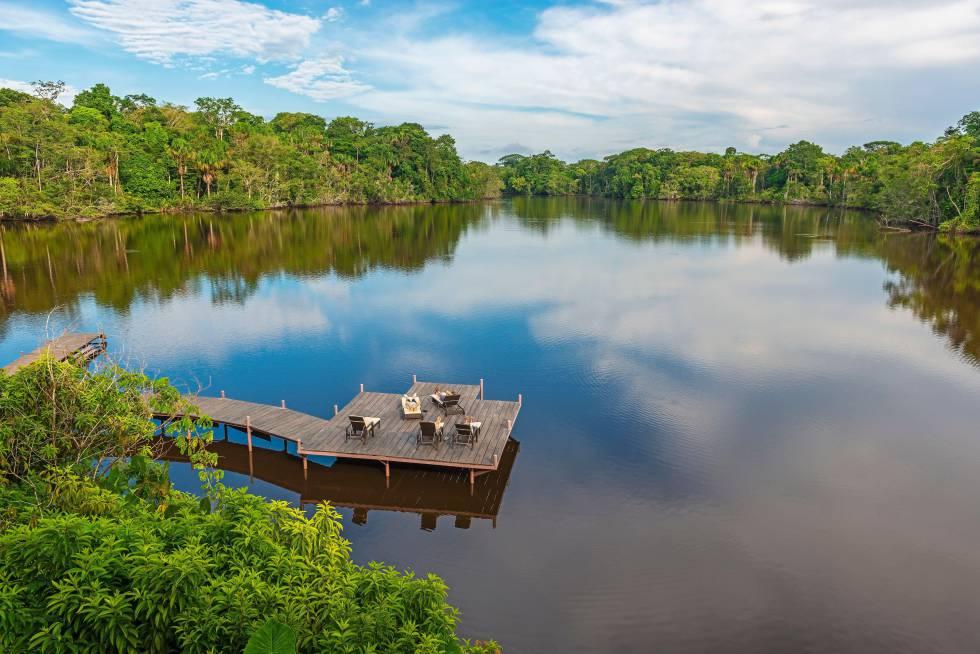 Tuistas disfrutan de un baño de sol en unas hamacas de un 'resort' a las orillas del río Amazonas, en Ecuador.