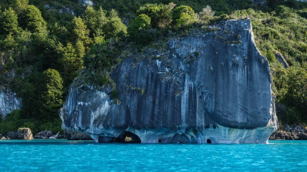 Las Capillas de Mármol, sobre las aguas turquesas del lago General Carrera, en la Patagonia chilena.