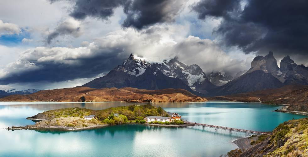 El lago Pehoe y, al fondo, las montañas Cuernos, en el parque nacional chileno de Torres del Paine.